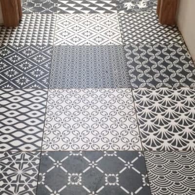 patterned tile floor in bathroom, black and white colorway